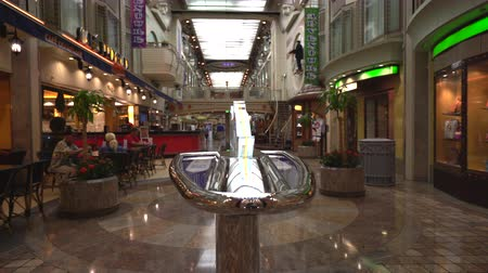 előcsarnok : Cruise ship inside view. Shops and bars in the promenade - Royal Caribbean Stock mozgókép