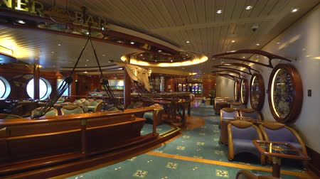 бортовой : Luxury bar, cruise ship interior - Royal Caribbean Стоковые видеозаписи