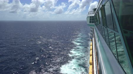 еж : Cruise ship moving at sea. Overlook ocean - Royal Caribbean