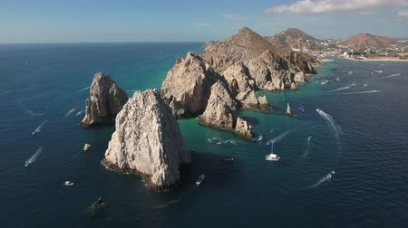geologia : Aerial shot of El Arco arch. Cliffs and rocks - Cabo San Lucas, Mexico Wideo