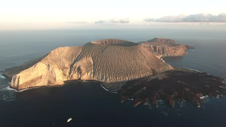 кратер : Aerial view of volcanic island, crater, cooled lava flow - San Benedicto, Mexico