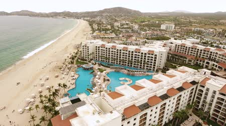 baja california sur : Toma aérea de tropical beachfront resort, hotel - San José del Cabo, México Archivo de Video
