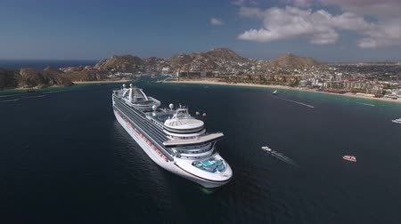 ancorado : Aerial view of cruise ship in a tropical bay - Cabo San Lucas, Mexico Vídeos