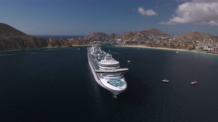 еж : Aerial view of cruise ship in a tropical bay - Cabo San Lucas, Mexico Стоковые видеозаписи