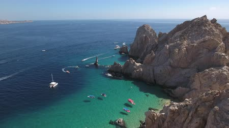 baja california sur : Vista aérea de la playa tropical rocosa - Cabo San Lucas, El Arco Archivo de Video