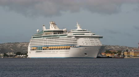 еж : Time lapse of a cruise ship, docked in the port - Bonaire, Kralendijk Стоковые видеозаписи