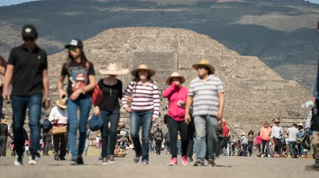еж : Crowd of tourist in Teotihuacan pyramid, time lapse