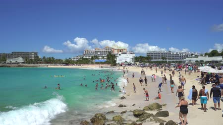scény : Crowd of people in Maho beach - Sint Maarten, Airport beach