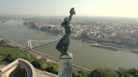 em pé : Aerial view of Budapest in Citadel - Liberty statue at sunrise, Hungary