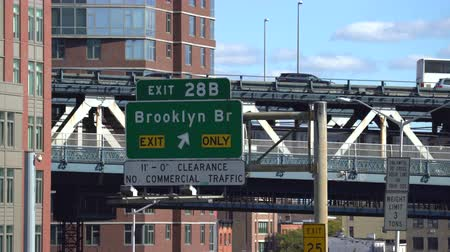 poste de sinalização : Manhattan bridge overpass and Brooklyn bridge sign - New York cityscape
