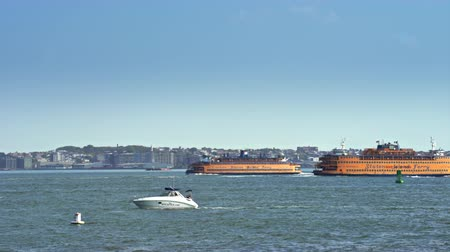 бортовой : Staten Island ferry on Hudson river - New York city