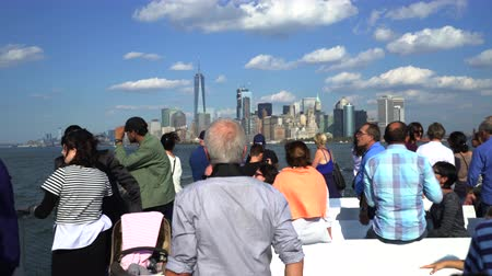 személyszállító hajó : Staten Island ferry with passengers. New York skylines background - New York