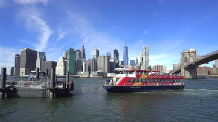 süspansiyon : Manhattan skylines with sightseeing boat. New York, Brooklyn bridge Stok Video
