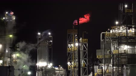 láng : Smoking oil refinery plant with flame at night - United States Stock mozgókép