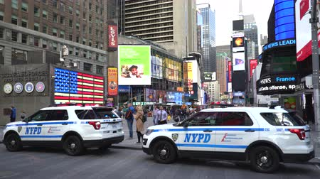 tiszt : New York City police cars in the Time Square - Manhattan street scene Stock mozgókép