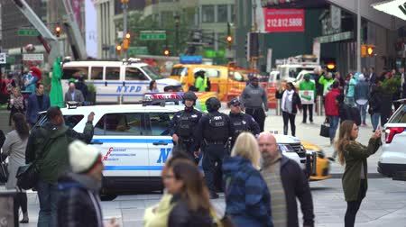 blindado : New York police officers in the crowded Time Square - Manhattan