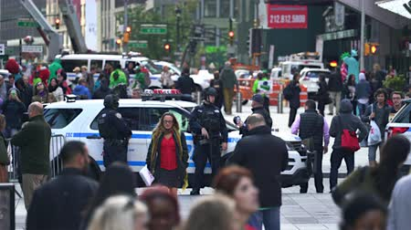 multidão : New York police officers in the crowded Time Square - Manhattan