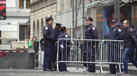 zırhlı : New York police officers on the Wall Street - Manhattan street scene Stok Video