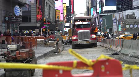 chapéu : Road construction in New York City, crowded street - Time Square