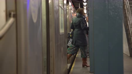 rohanó : New York City subway arrives in station - Manhattan