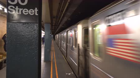 arrive : New York City subway station, doors closing - Manhattan