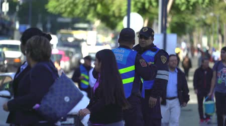 policista : Mexico City street scene. Police officers on the street - Mexico