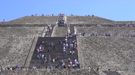 еж : People climbing Teotihuacan moon pyramid - Mexico City Стоковые видеозаписи