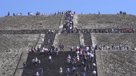azték : Tourists climbing Teotihuacan moon pyramid - Mexico City