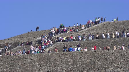 azték : Crowds of people on Teotihuacan sun pyramid - Mexico City