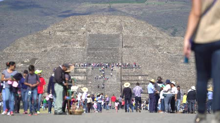 еж : Crowds of people in Teotihuacan ancient pyramids - Mexico City Стоковые видеозаписи