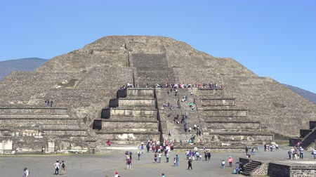 azték : Teotihuacan moon pyramid, crowd of people - Mexico City