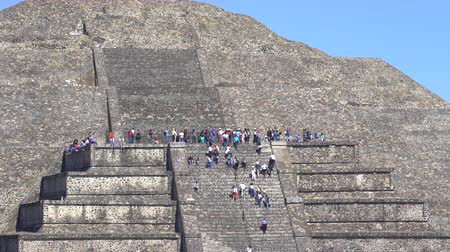 azték : Teotihuacan moon pyramid with climbing tourists - Mexico City