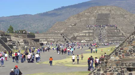 azték : Crowds of tourists in Teotihuacan ancient city - Mexico City