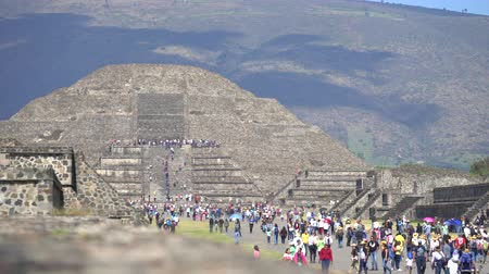 azték : Lot of tourist in Teotihuacan pyramid, ancient city - Mexico City