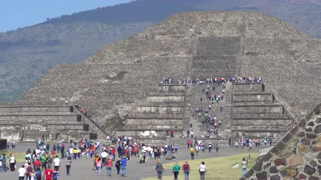 посетитель : Crowd of people at Teotihuacan moon pyramid - Mexico City Стоковые видеозаписи