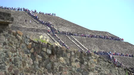 azték : Teotihuacan sun pyramid with climbing tourists - Mexico City Stock mozgókép