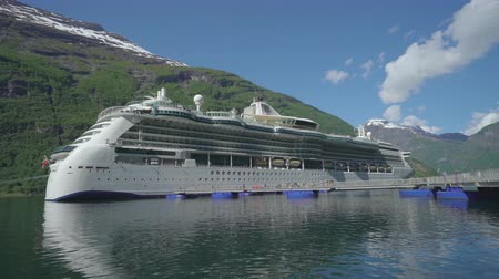 еж : Cruise ship anchored in Geiranger fjord - Norway Стоковые видеозаписи