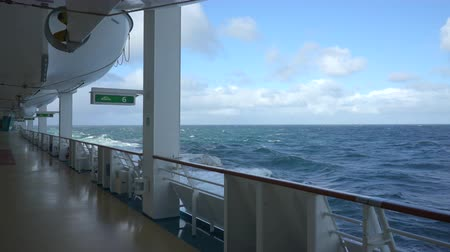 еж : Cruise liner sailing at ocean - outlook from open deck