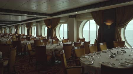 паб : Elegant, stylish restaurant interior - dining room in the cruise ship