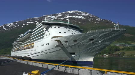 ancorado : Cruise ship docked in port of Geiranger fjord - Norway