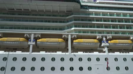 еж : Cruise ship side view - rescue boats and cabins