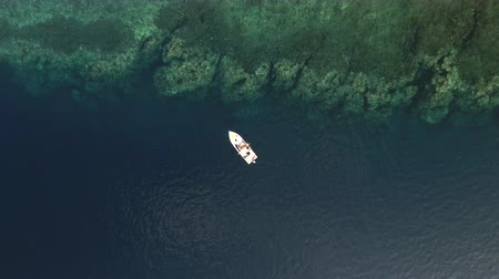 еж : Aerial view of a small fishing boat near the Red Sea