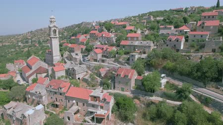 em pé : Aerial view of a cozy mediterranean village between the mountains - Lozisca, Cro Stock Footage