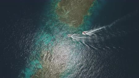 еж : Aerial view of the motorboats pass over the coral reef gangway - Shaab Rumi, Red Sea Стоковые видеозаписи