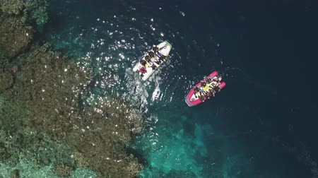 еж : Aerial view of scuba divers jumping from the boat