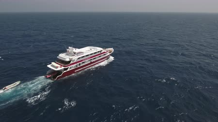еж : Aerial view of yacht cruising at open sea Стоковые видеозаписи