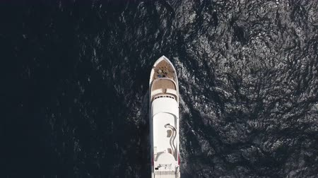 еж : Aerial view of yacht or boat cruising at open sea Стоковые видеозаписи