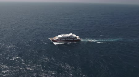 movimentar se : Aerial view of yacht or boat cruising at open sea Vídeos