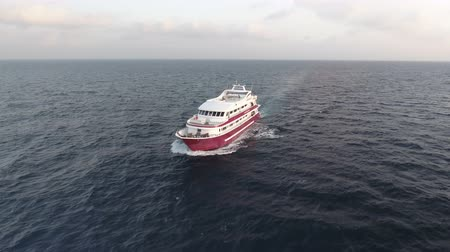motorbot : Aerial view of yacht or boat cruising at open sea Stok Video