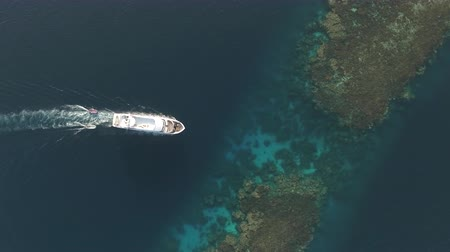 hajózik : Aerial view of boat, passes through to coral reef lagoon - Shaab Rumi